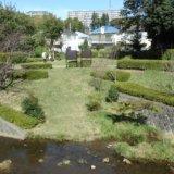 秋の水辺の小公園で日向ぼっこ、湯殿川を歩く