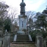 高尾の自然の中に立つ日本一大きい「菅原道真公の銅像」